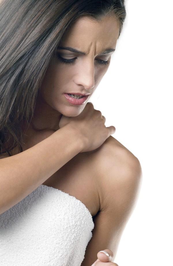 女性表情图片 美容图 浴巾 烦恼 皱眉 瘙痒 龇牙
