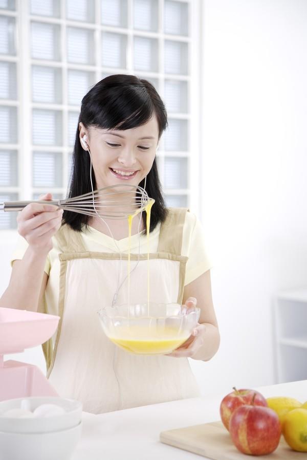 窗格 做家务 做饭 女性厨房