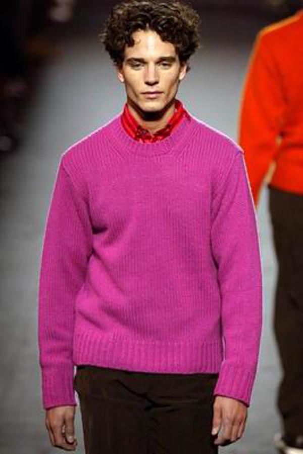 服装设计-巴黎2004男装冬季发布会 紫色 线衣 模特