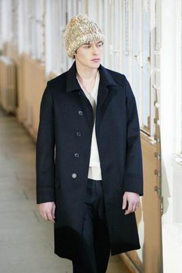 服装设计-巴黎2004男装冬季发布会 白毛帽 黑风衣 白内衣