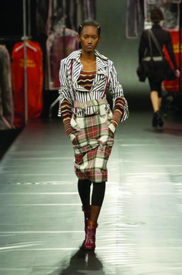服装设计-巴黎2004男装冬季发布会 美女 时尚 走猫步