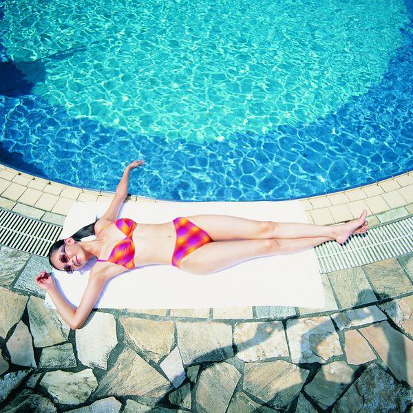 美女游泳时掉泳衣_girl在游泳时穿上泳衣和丝袜能吸引男孩子请