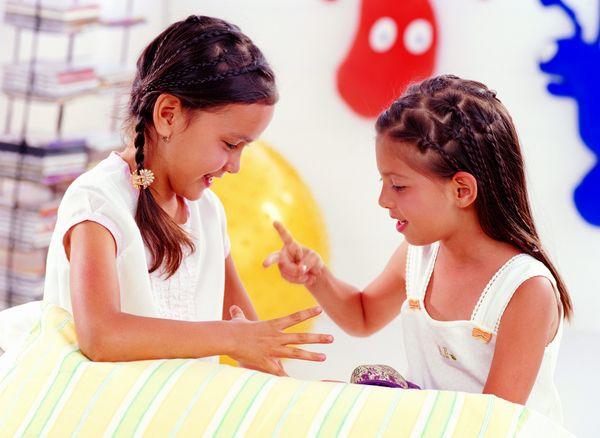 儿童教育-儿童表情 两个小朋友 一起玩耍 猜拳