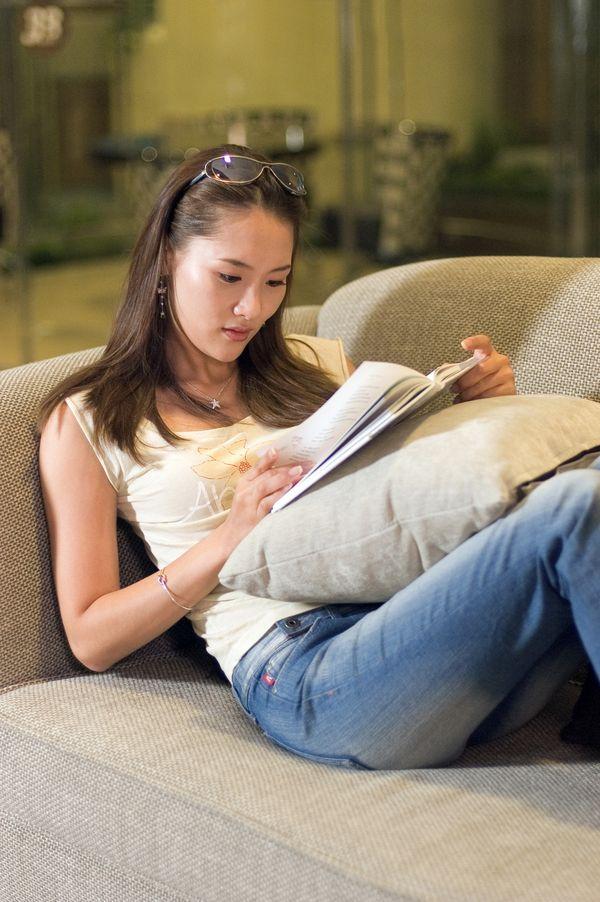 东方丽人图片 人物图 看书 丽人 枕头 人物