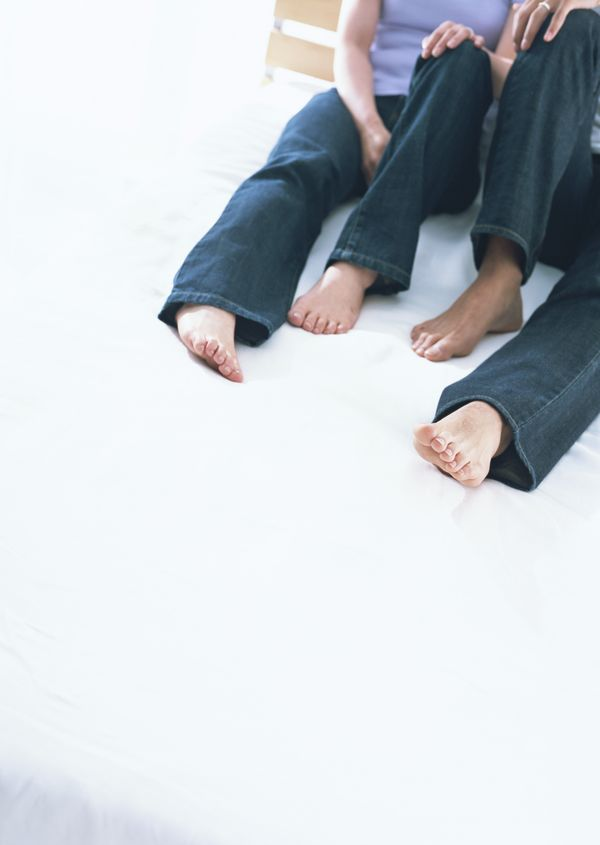 坐在地上的情侣头像