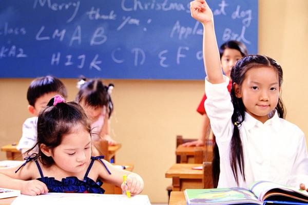 游戏童年图片-人物图 小班教育 举手 提问 回答 积极 小孩 小朋友童年 稚童 小学生 上课 课堂 学习 教育 教室 课桌 课堂,人物,游戏童年