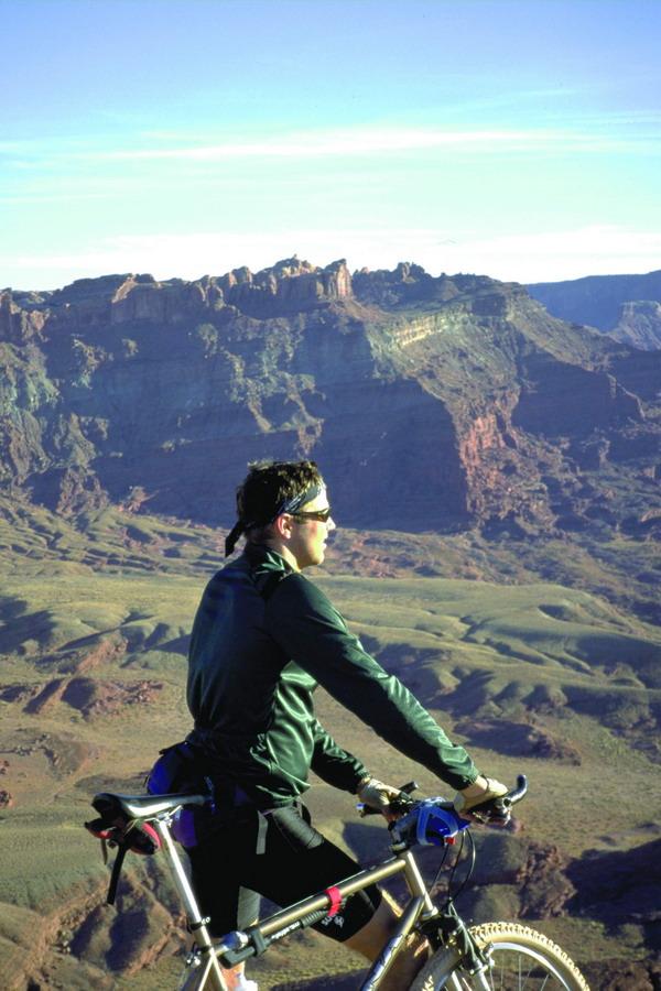 水上自行车_登山运动图片-运动图 山地 男子 骑车,运动,登山运动