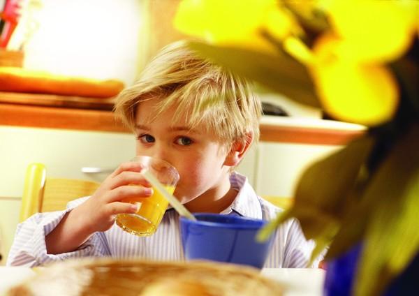 喝果汁 金发小男孩