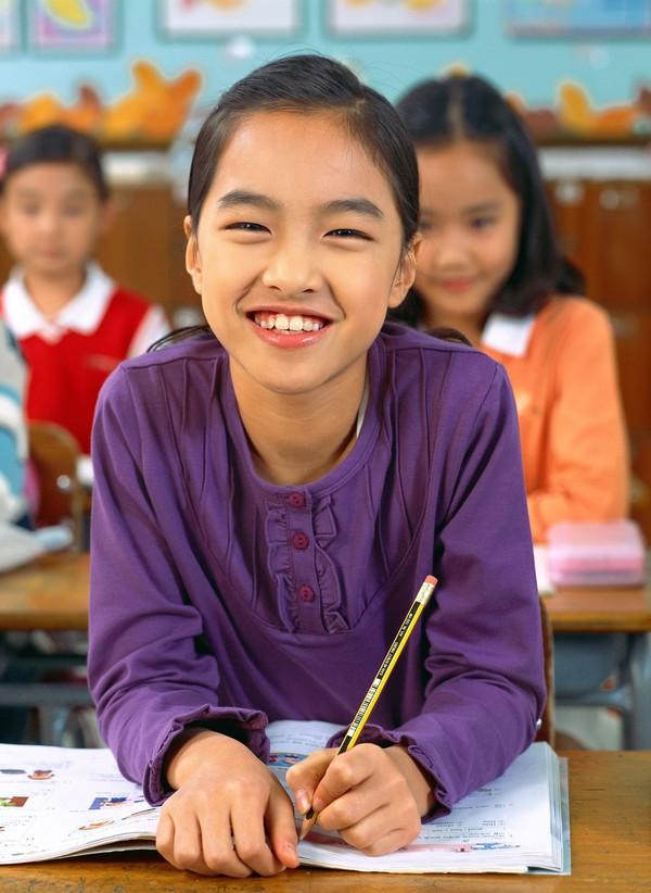 小学教育图片 儿童图 小姑娘 起立 笑面 儿童