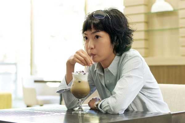 咖啡恋人图片-生活图 饮料 品尝 独自 等待 餐厅