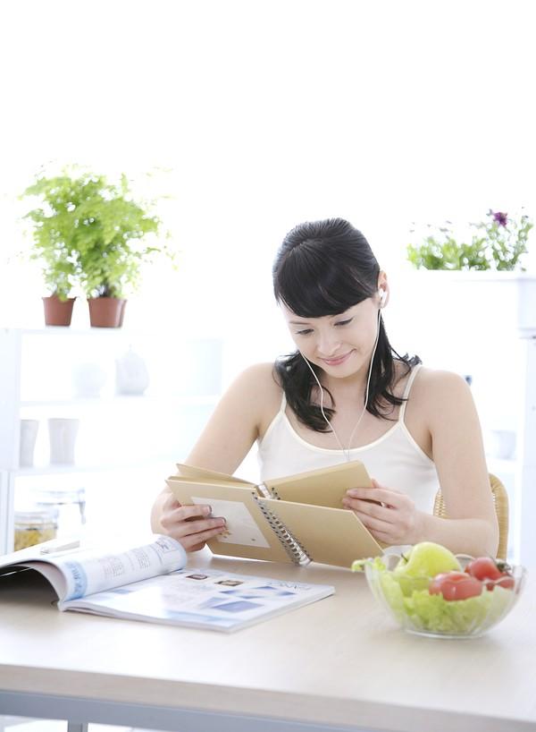 女性健康生活图片 生活图 翻开的杂志 小盆栽