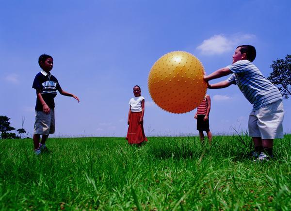 儿童游戏图片-人物图 排开 玩游戏 推球 群体 多