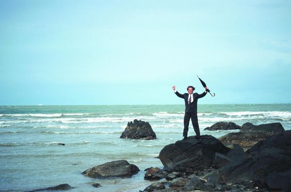 轻松办公图片 商业金融图 海边 礁上 欢呼 雨伞 喝采,商业...