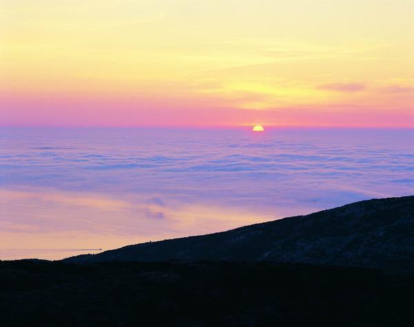 黄昏夜景图片-自然风景图 落日 云海 蓝紫色,自然风景