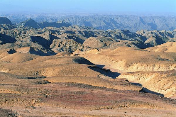 沙漠丽景图片-自然风景图 起伏地形 坚硬岩石 石头山