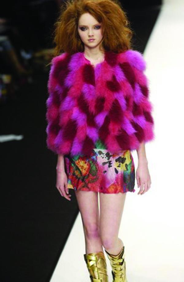 紫色 坎肩 露腿 伦敦2004女装秋冬新品发布会-服装设计-服装设计,伦敦