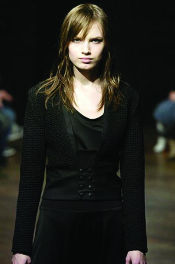 黄头发 黑色礼服 伦敦2004女装秋冬新品发布会-服装设计-服装设计