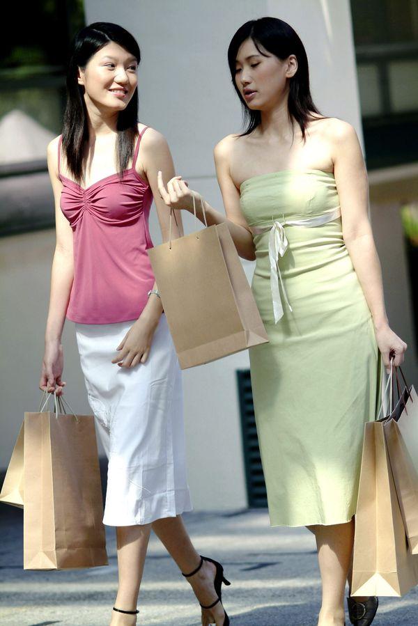 女性购物图片 休闲娱乐图 逛街 美女 吊带 低胸