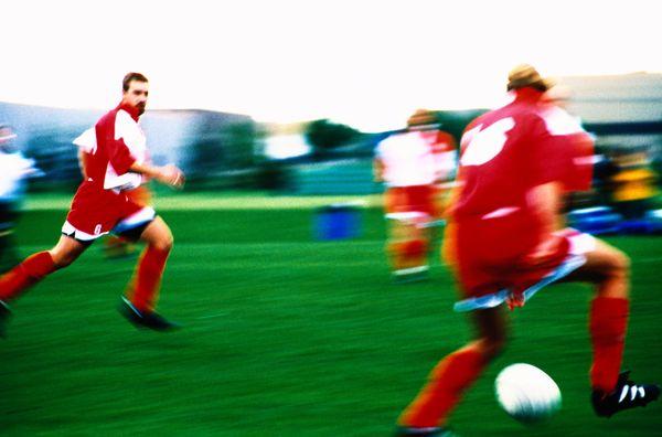 球类运动图片-运动图 绿色 抢足球 快跑,运动,球类运动