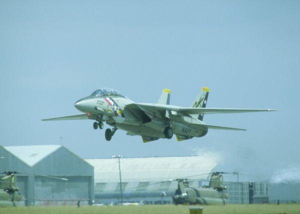 飞机特写图片-工业图 尾翼坚起