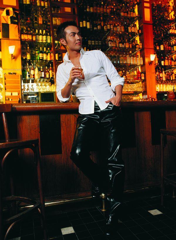 酒吧 喝酒的男人 帅哥