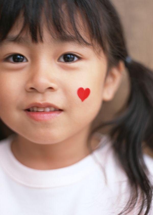 儿童圣诞图片 儿童教育图 小女孩 好奇 盼望 红